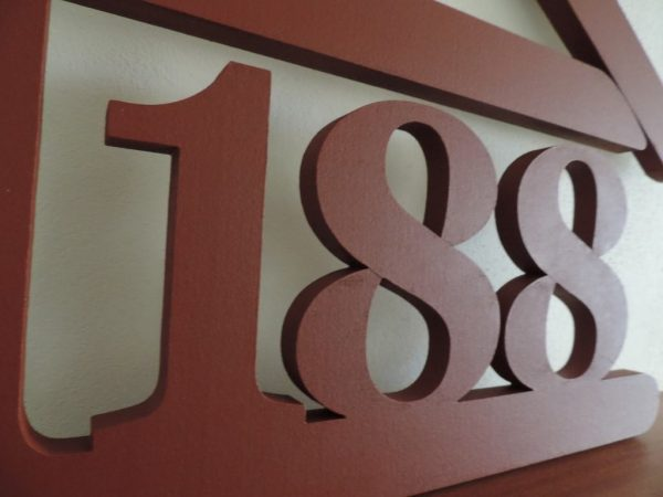 súpisné číslo na dom v tvare domčeka - 3 číslice - hnedá svetlá