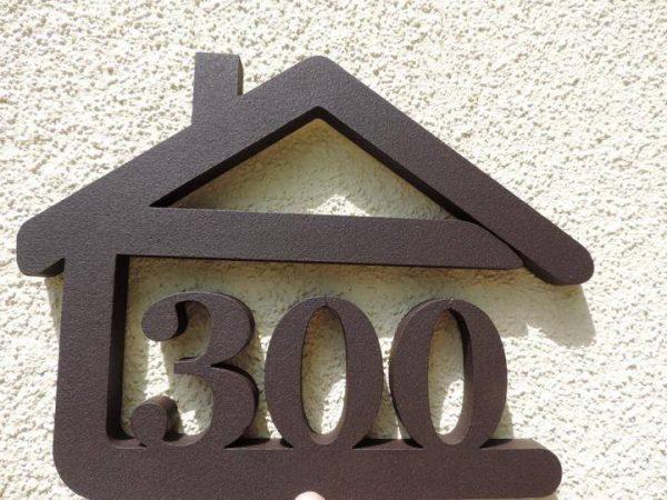 súpisné číslo na dom v tvare domčeka - 3 číslice - čoko hnedá