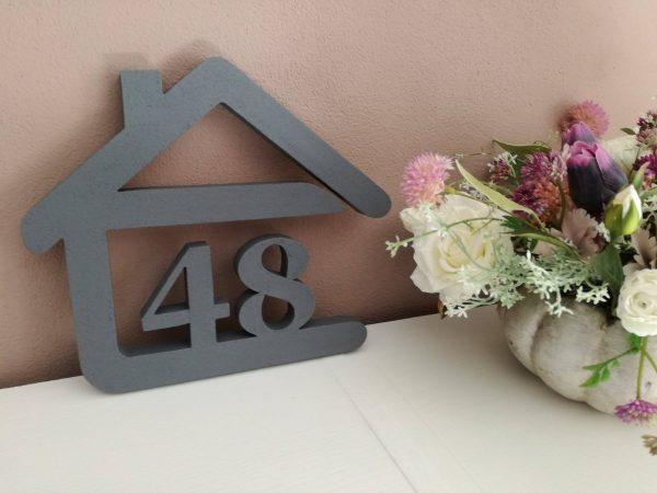 súpisné číslo na dom v tvare domčeka - 2 číslice - farba sivá