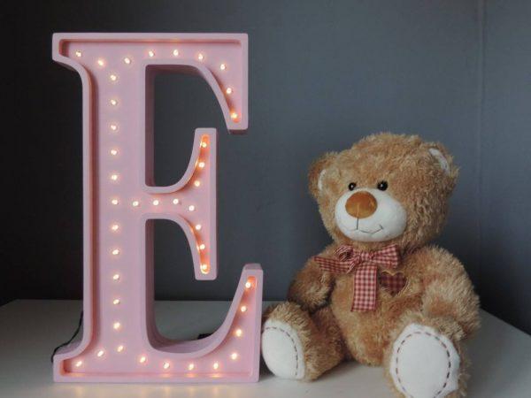 LED lampa v tvare písmena E, farba ružová