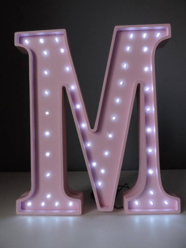 LED lampa v tvare písmena M, farba ružová