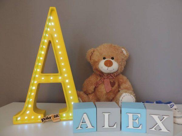 LED lampa v tvare písmena A, farba žltá