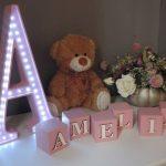 LED lampa v tvare písmena A, farba ružová