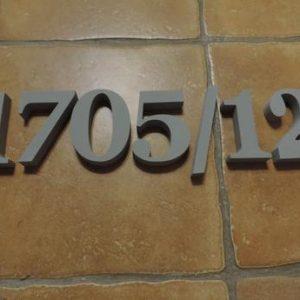 súpisné číslo na dom Georgoa Bold, farba siva