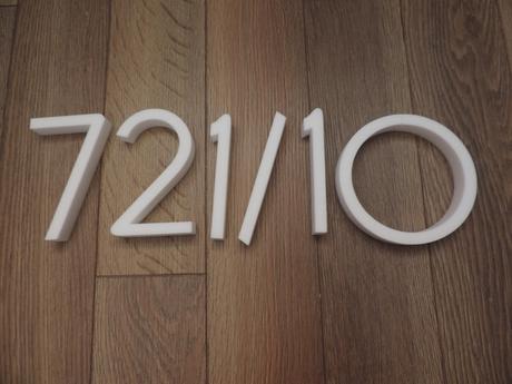 súpisné číslo na dom horatio D, farba biela