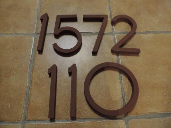 súpisné číslo na dom horatio D, farba hneda