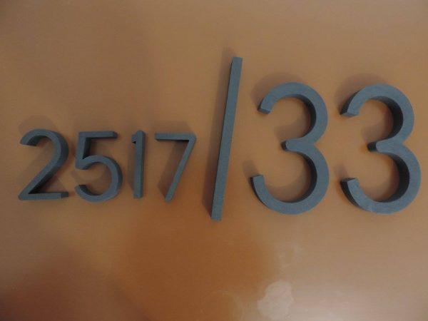 súpisné číslo na dom horatio D, farba siva