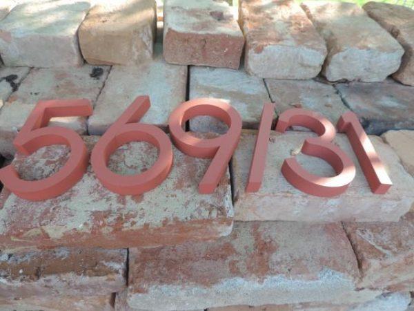 súpisné číslo na dom horatio D, farba tehlova