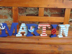 Veľké písmená do detskej izby v námorníckom štýle.