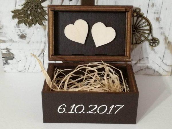 Drevená krabička na obrúčky s dátumom a menami, gravírovaná palisander