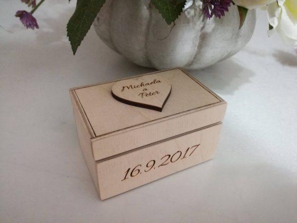 Drevená krabička na obrúčky s dátumom a menami, gravírovaná natur
