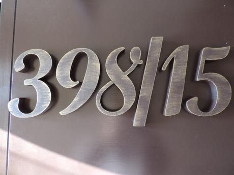 Súpisné číslo na dom s patinou hnedá strená so zlatou patinou