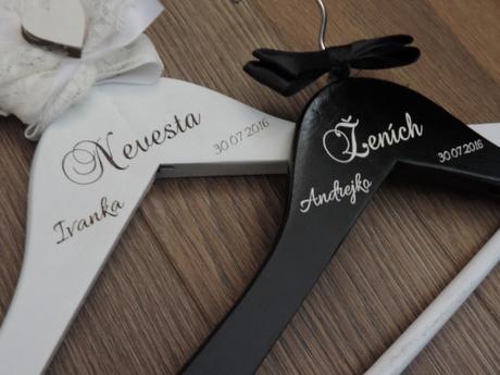 Svadobné vešiaky nevesta a ženích s bielou ačiernou stužkou biela a čierna s menom a dátumom