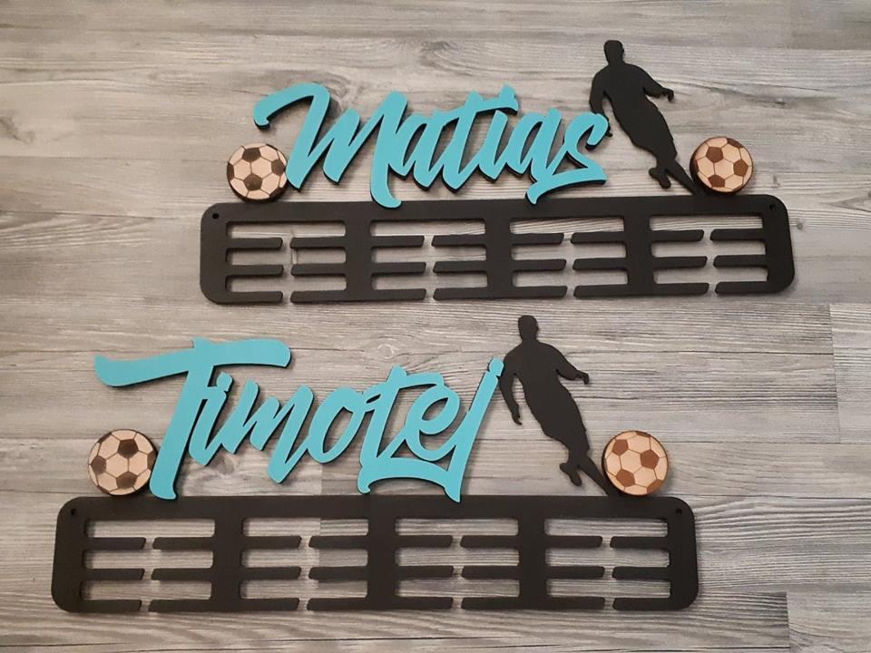Vešiak na medaily pre športovcov futbal čierna farba meno Matúš a Timotej bledomodré
