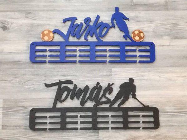 Vešiak na medaily pre športovcov futbal modrá farba hokejista čierna farba Jarko Tomáš