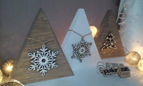 Dekorácia s vianočnou ozdobou. Biela a hnedá - staré drevo