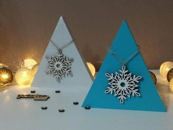 Dekorácia s vianočnou ozdobou. Biela atyrkys farba. Vianočná ozdoba vločka