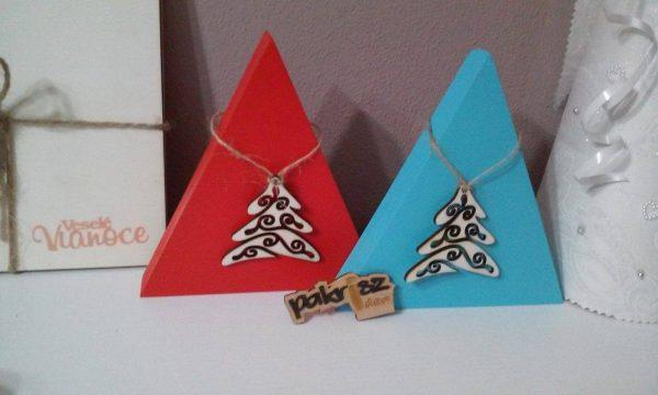 Dekorácia s vianočnou ozdobou. Červená a tyrkys farba. Vianočná ozdoba vianočný stromček
