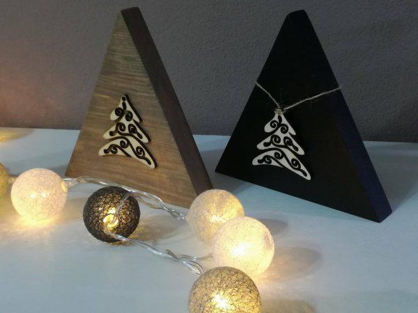Dekorácia s vianočnou ozdobou. Čierna a hnedá - staré drevo
