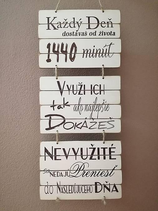 Tabuľka na stenu, nápis každý deň
